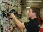 Le meilleur candidat suisse Damian Schmid à la recherche d'erreurs sur le système électrique du véhicule.