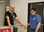 Markus Schwab (à g.), responsable de la technique automobile et des examens à l'UPSA, s'entretient avec des experts et avec le prodige des WorldSkills de l'an dernier Riet Bulfoni.