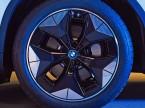 Neuer Antrieb, neue Ideen: Um den Energieverbrauch von BEV zu drücken, wird der iX3 luftwiderstandsoptimierte Leichtmetallräder erhalten. (Bild: BMW)